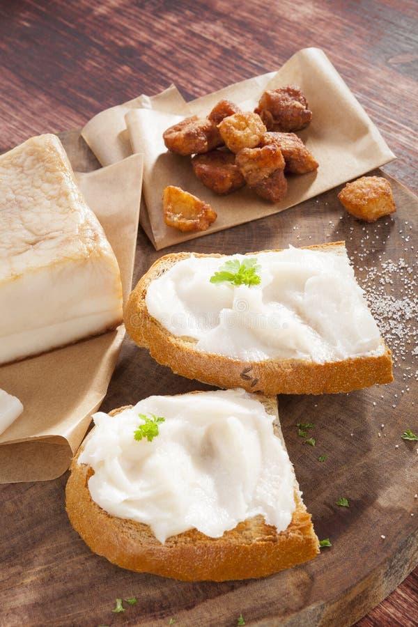 Pane con lardo e cotenne grigliate. fotografia stock