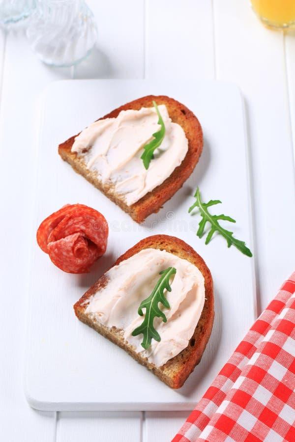 Pane croccante con la diffusione ed il salame fotografia stock libera da diritti