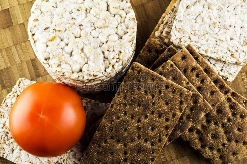Pane croccante ed alimento dietetico dei pomodori fotografie stock