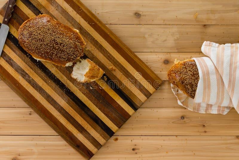 Pane crostoso fresco casalingo del grano intero fotografie stock libere da diritti