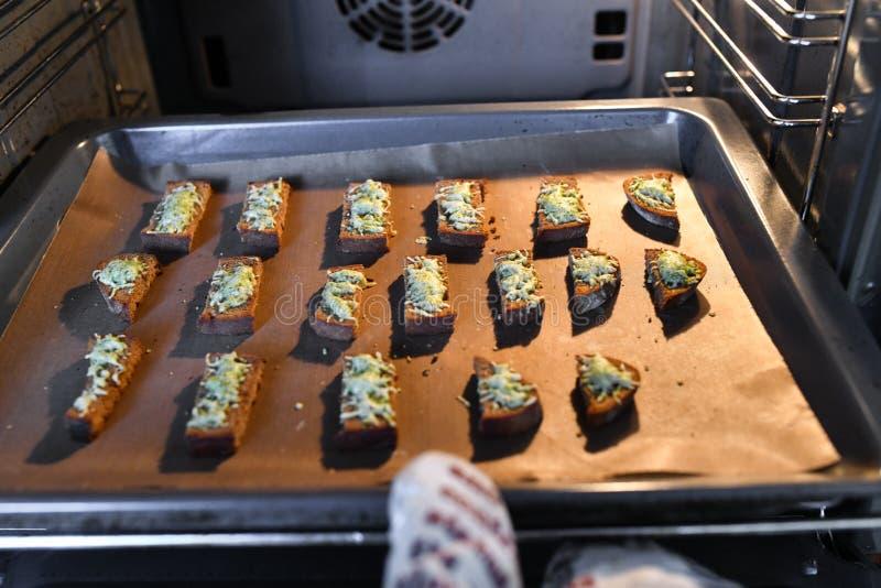 Pane dal forno con i condimenti Cottura delle squisitezze per gli ospiti fotografie stock libere da diritti