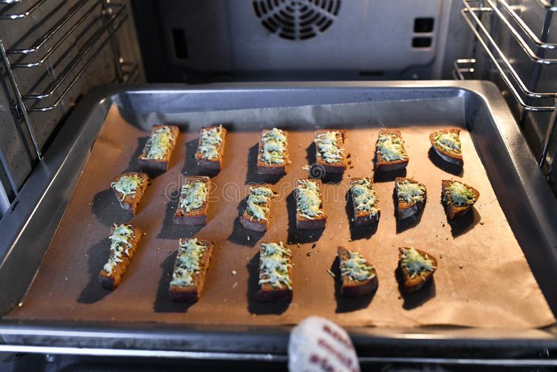 Pane dal forno con i condimenti Cottura delle squisitezze per gli ospiti fotografia stock libera da diritti