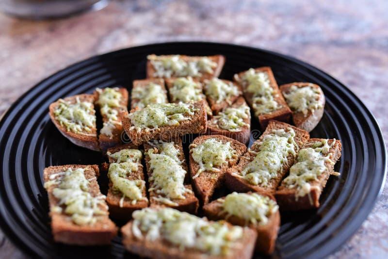 Pane dal forno con i condimenti Cottura delle squisitezze per gli ospiti immagini stock