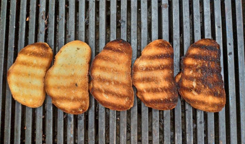 Pane del barbecue sulla griglia Pane fritto delizioso per pane tostato fotografia stock