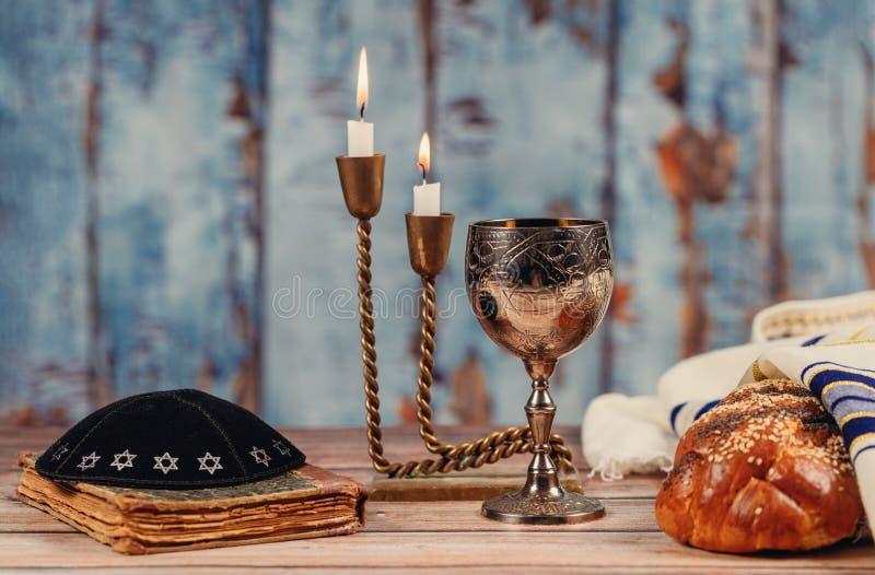 Pane del challah di sabato, vino e candela di tavola di legno fotografia stock