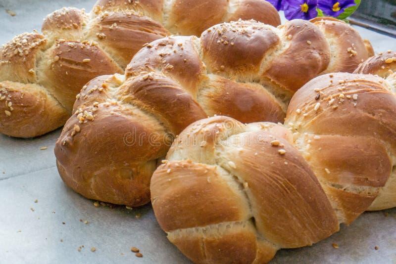 Pane del Challah su una tavola fotografie stock