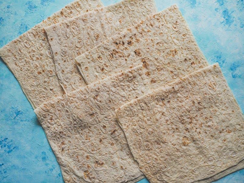 Pane del lavash del pane casalingo su fondo blu immagine stock libera da diritti