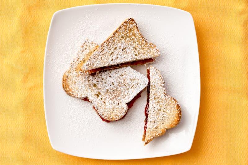 Pane del pane tostato con l'inceppamento di fragola che riempie sul piatto fotografia stock libera da diritti