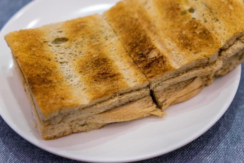 Pane della prima colazione Kaya Toast, del caffè di Singapore e mezzo uovo sodo fotografia stock