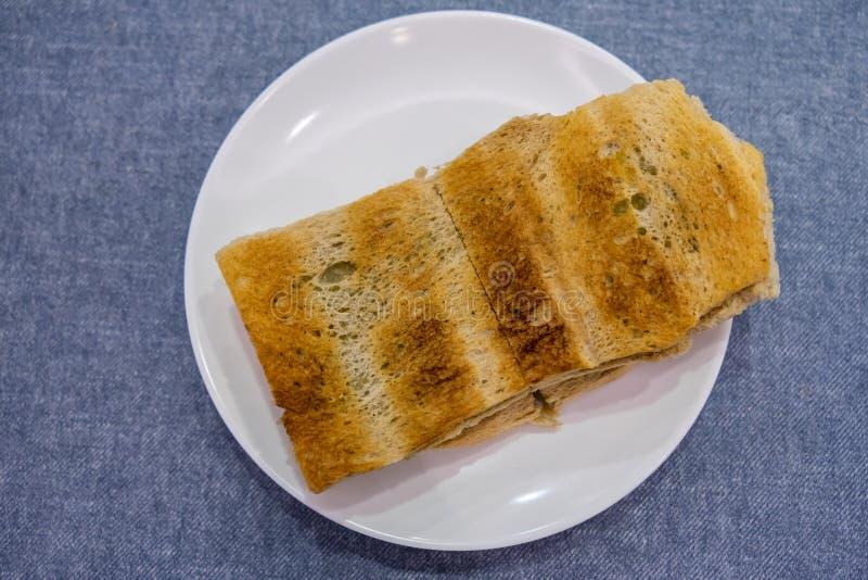 Pane della prima colazione Kaya Toast, del caffè di Singapore e mezzo uovo sodo fotografie stock