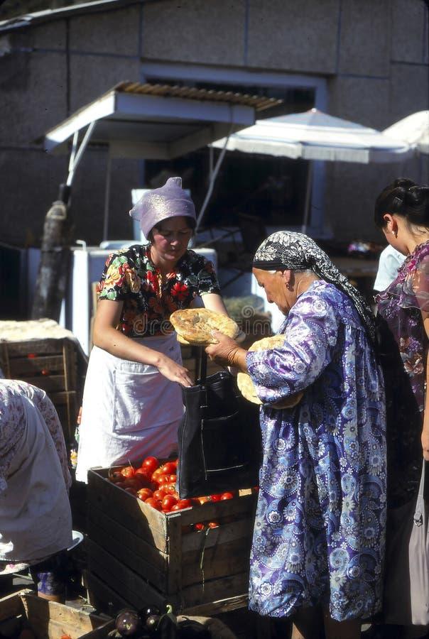 Pane di acquisto della donna di Uzbeki nel mercato di Samarcanda immagine stock libera da diritti