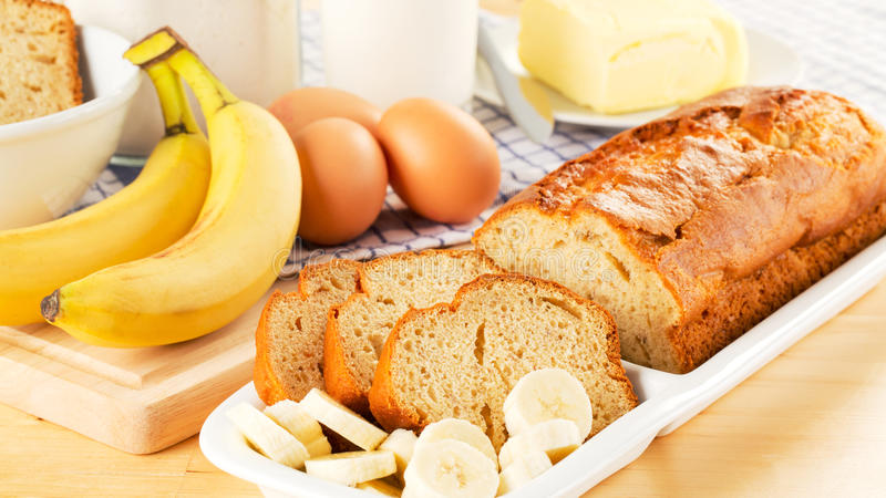 Pane ed ingredienti di banana di recente cotti immagine stock