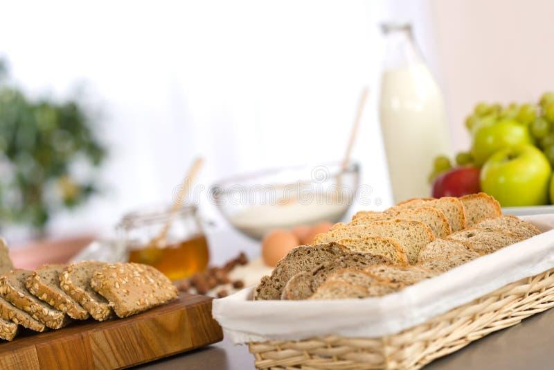 Pane di Cutted con gli ingredienti della pasta di cottura fotografie stock