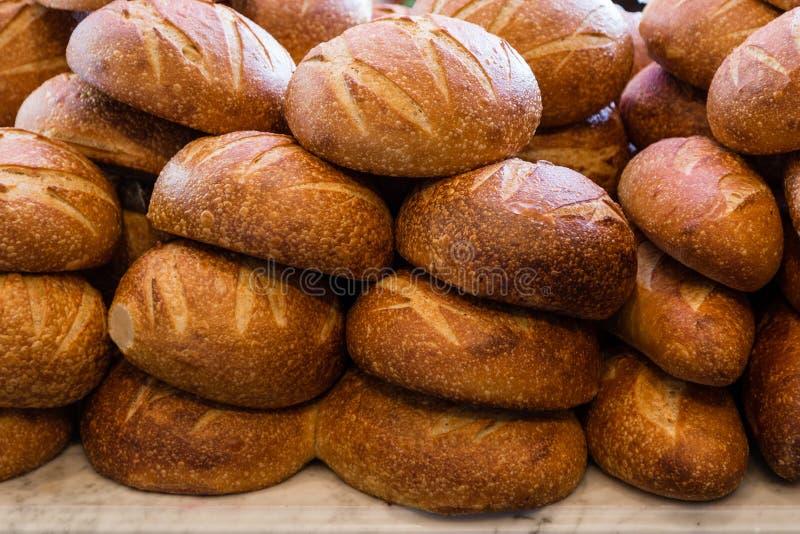 Pane di lievito naturale fresco impilato in un forno pronto a vendere e mangiare immagine stock