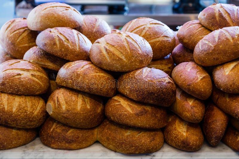 Pane di lievito naturale fresco impilato in un forno pronto a vendere e mangiare fotografia stock libera da diritti