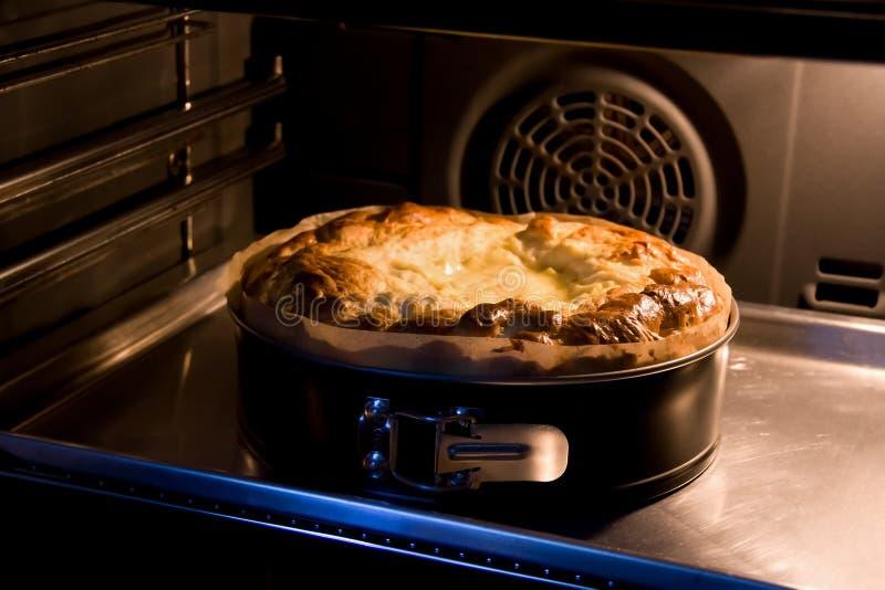 Pane di Pasqua in owen fotografia stock
