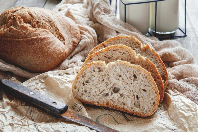 Pane di segale casalingo delizioso del lievito naturale su un piatto e su un latte Cottura casalinga fotografie stock