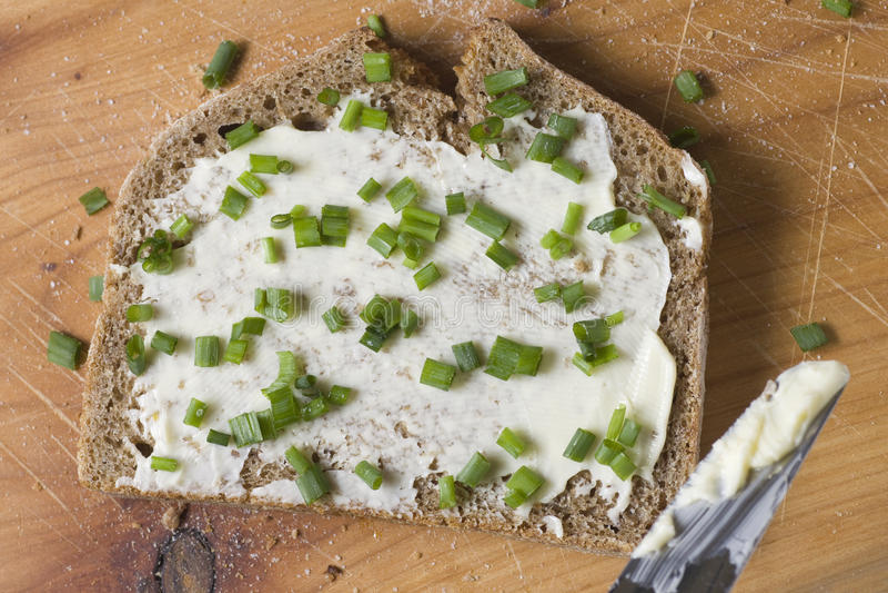 Pane e burro con la erba cipollina fotografia stock libera da diritti