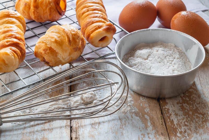 Pane e ciotola di farina su fondo di legno immagini stock