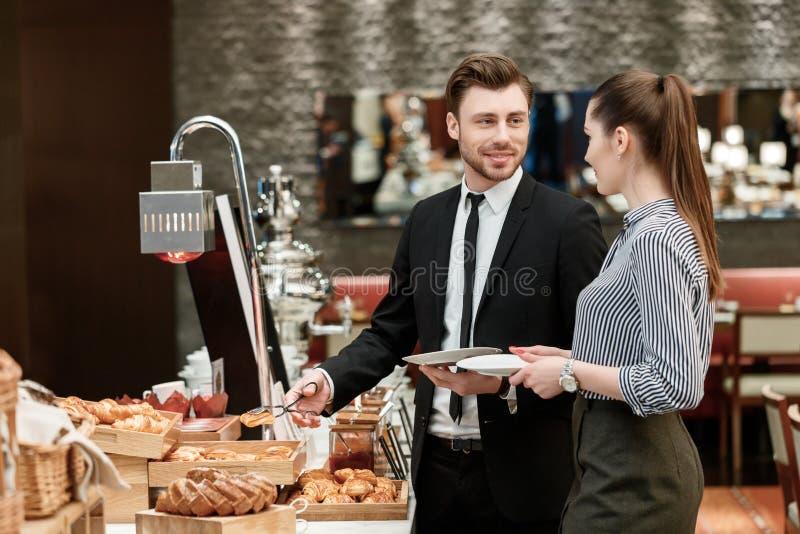Pane e croissant al buffet di affari fotografie stock libere da diritti