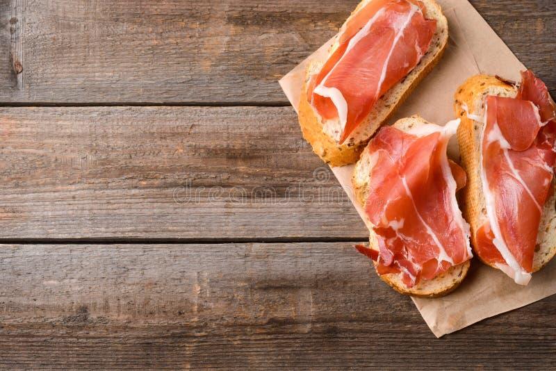 Pane e fette di carne immagini stock