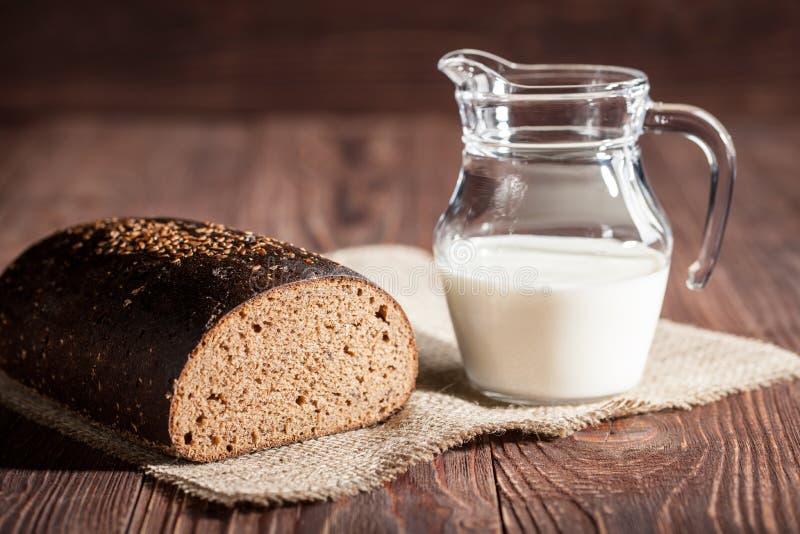 Pane e latte immagini stock