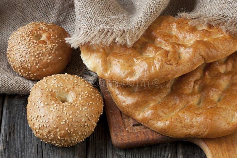 Pane e panini del turco dell'assortimento sul bordo di legno immagini stock