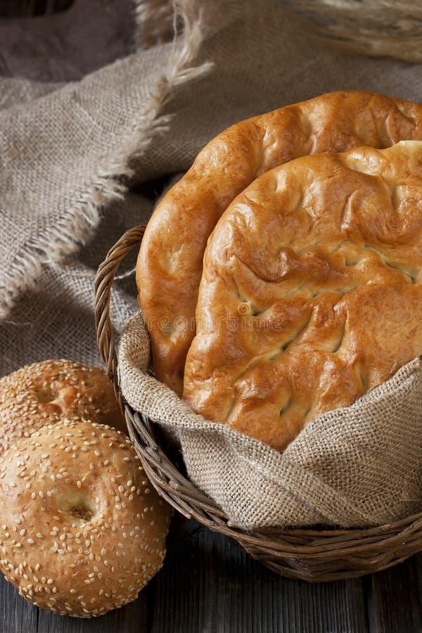 Pane e panini del turco dell'assortimento sul bordo di legno immagine stock libera da diritti