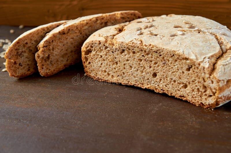 Pane fresco appetitoso affettato casalingo sui precedenti di legno pronti da mangiare Appena pane saporito al forno sulla tavola  immagini stock libere da diritti