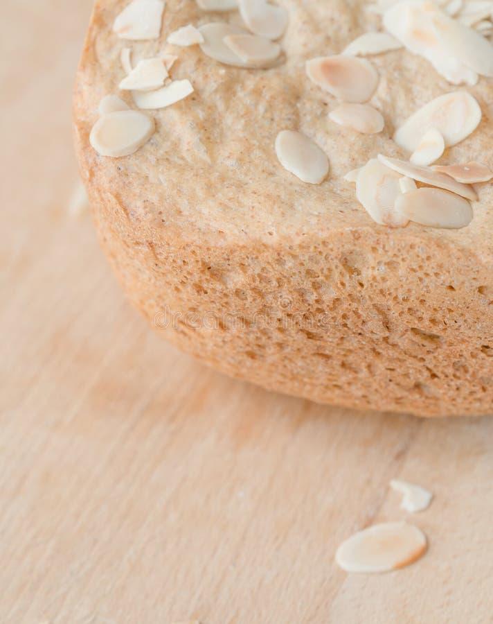 Pane fresco casalingo sulla tavola immagini stock libere da diritti