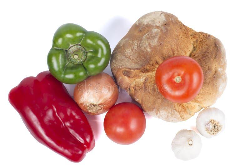 Pane fresco con i peperoni, i pomodori, la cipolla e gli agli. fotografia stock libera da diritti