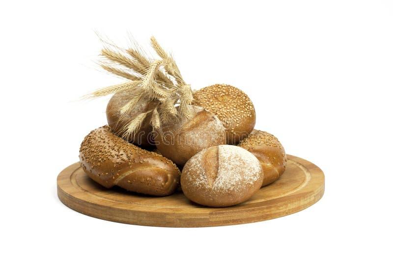 Pane fresco e grano sul bordo di legno fotografie stock libere da diritti