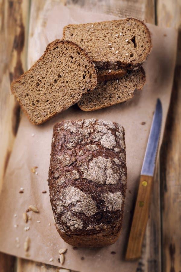 Pane fresco fragrante su una tavola di legno immagine stock