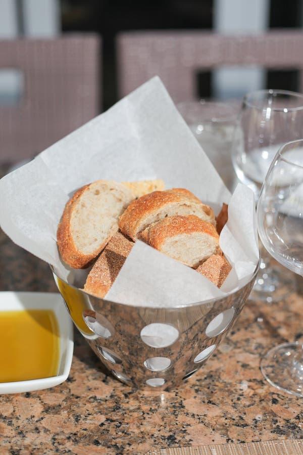 Pane fresco nel cestino del metallo immagine stock