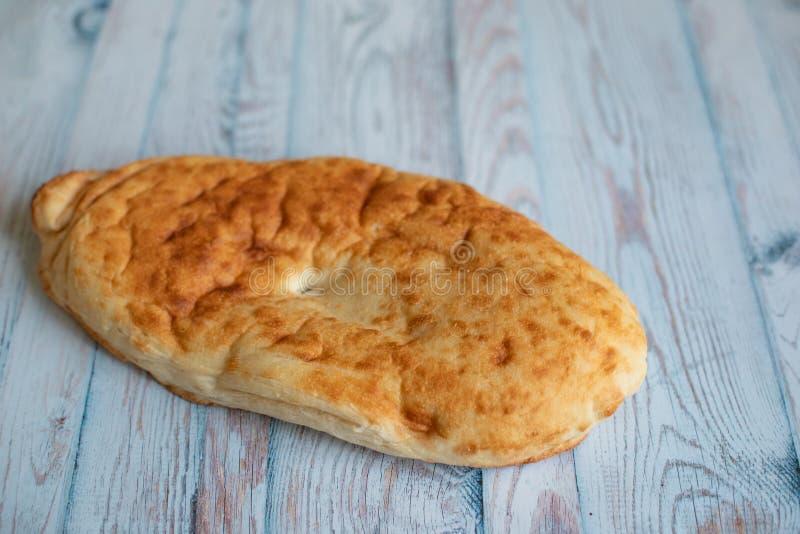 Pane georgiano tradizionale del lavash su fondo blu fotografia stock