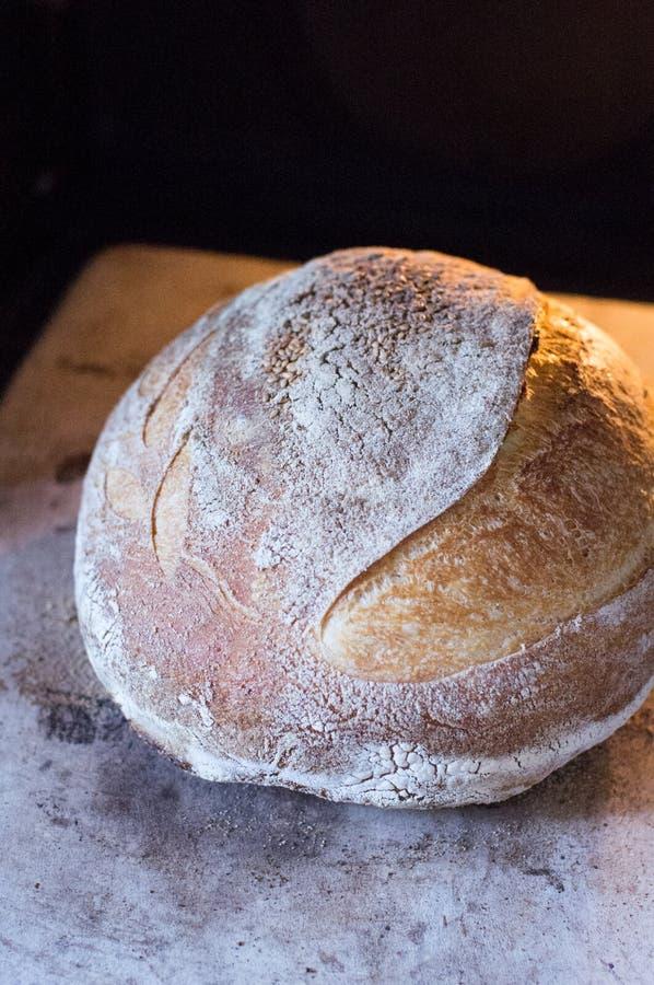 Pane integrale casalingo su legno immagine stock