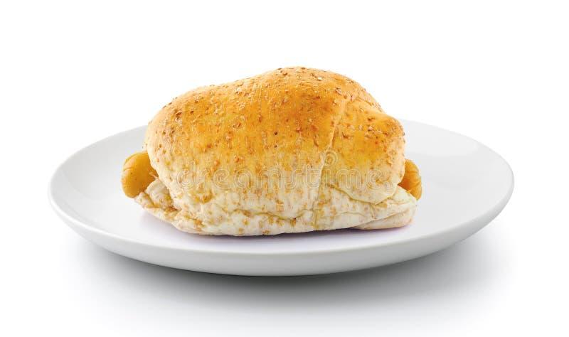 Pane integrale e salsiccia in piatto isolato su un backg bianco fotografie stock