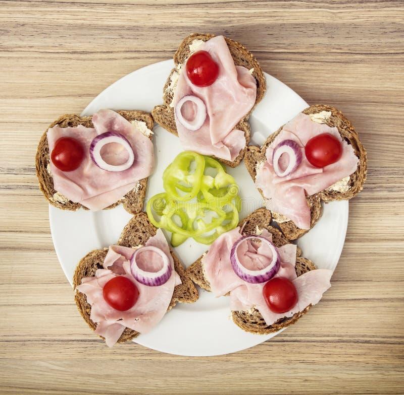 Pane integrale saporito con burro, il prosciutto, la cipolla, la paprica e il che fotografia stock