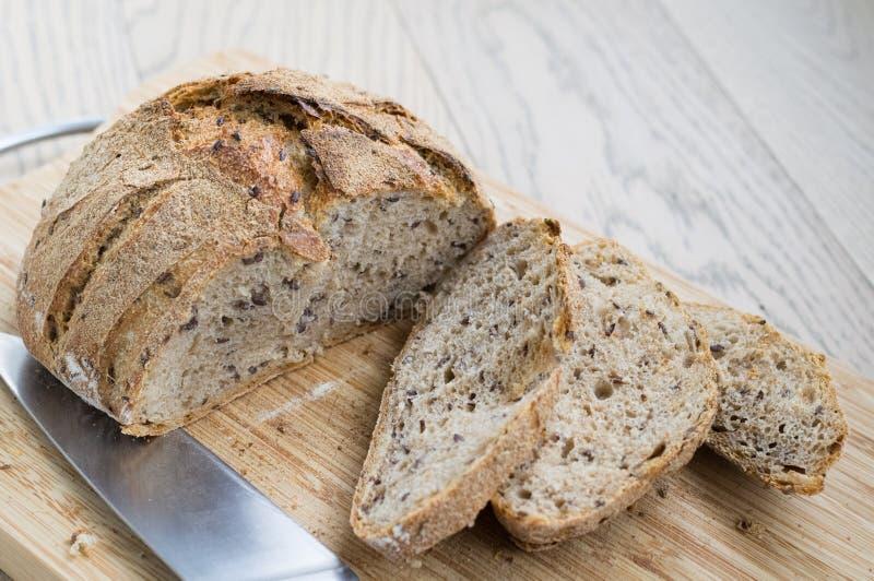 Pane integrale su legno fotografia stock