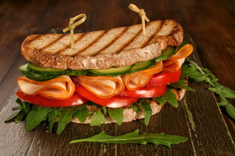 Pane integrale, verdure e Ham Sandwich in buona salute immagine stock