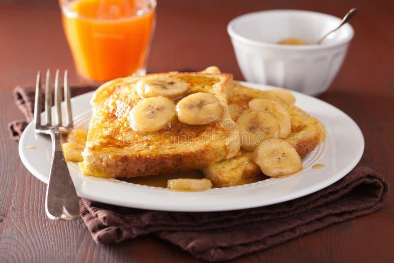 Pane inzuppato in latte/uova e zucchero e fritto in padella con la banana caramellata per la prima colazione fotografia stock