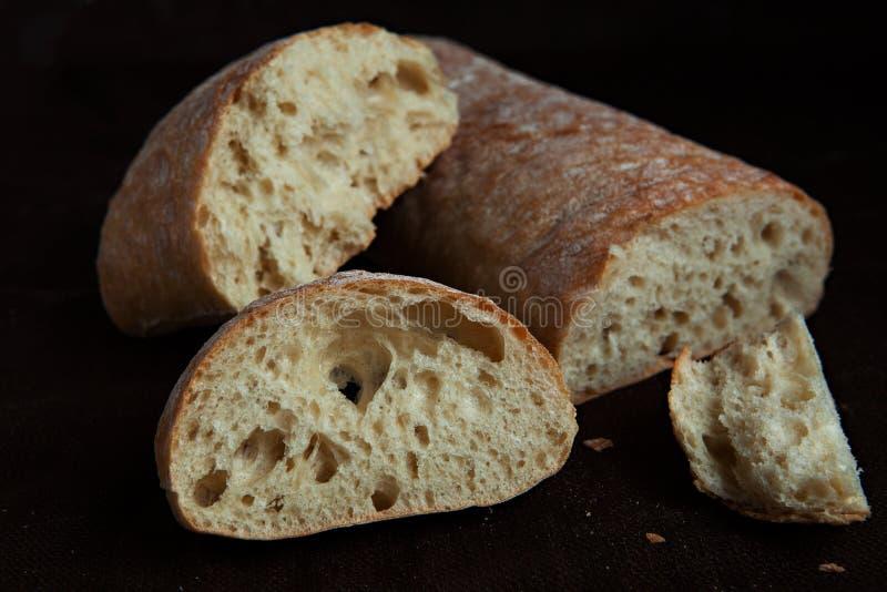 Pane italiano affettato fresco di ciabatta su fondo immagini stock libere da diritti