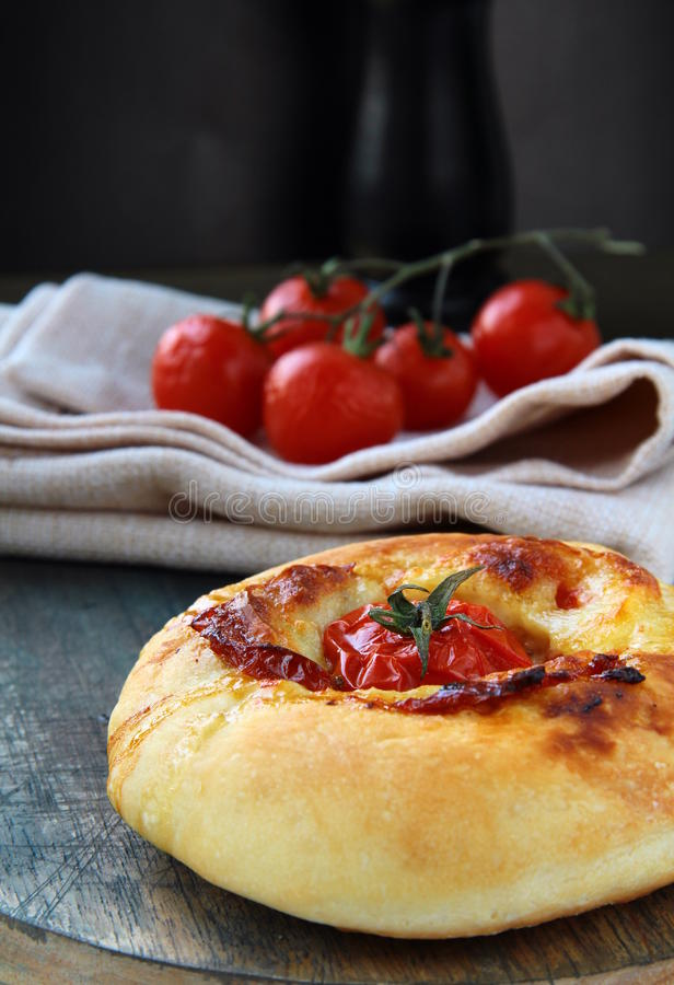 Pane italiano di Focaccia con il pomodoro ed il formaggio immagine stock libera da diritti