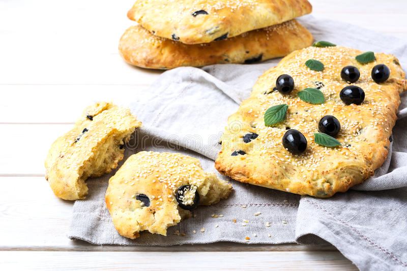 Pane italiano fresco con oliva, aglio e le erbe fotografia stock
