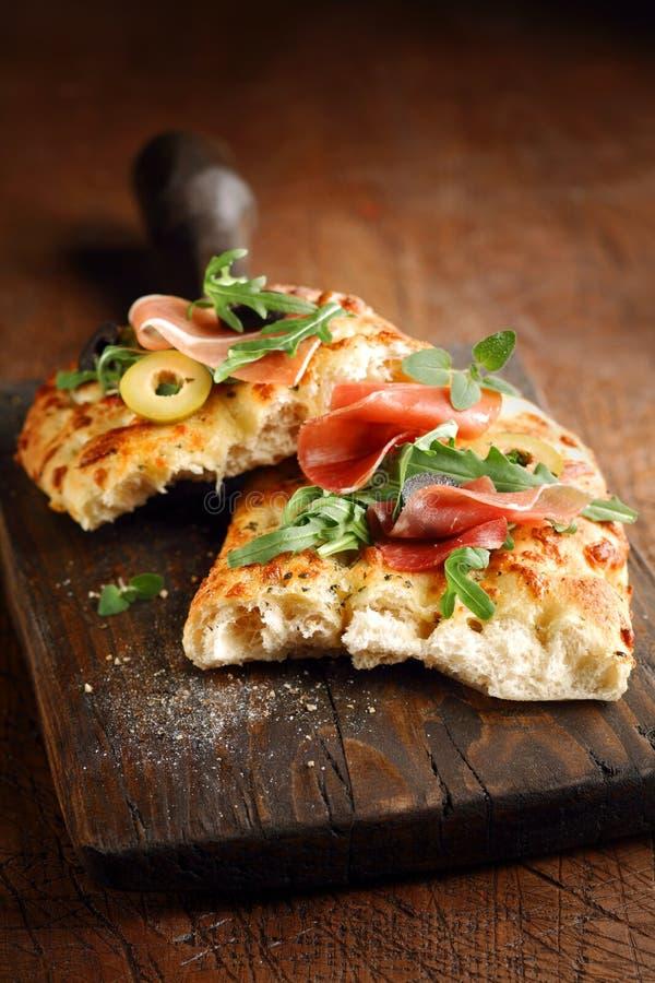 Pane italiano di focaccia con il prosciutto e le olive fotografia stock libera da diritti