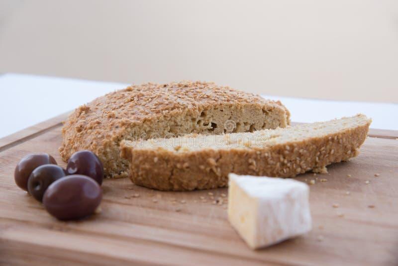 Pane libero del carburatore con il formaggio e le olive del camembert su un tagliere fotografia stock libera da diritti