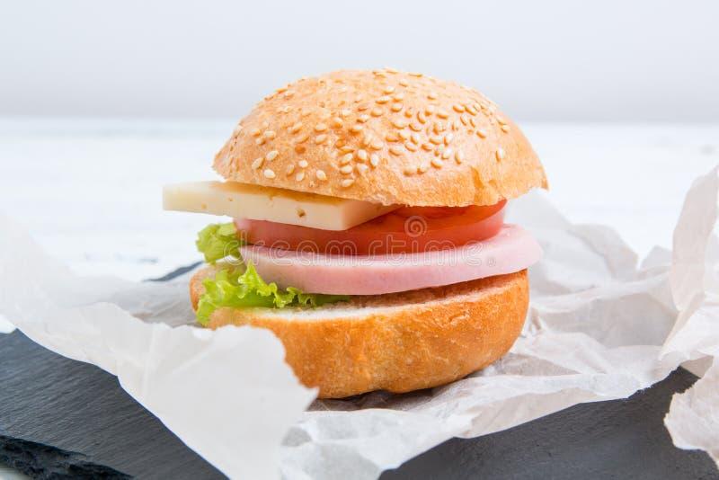 Pane o sanduíche do baguette com presunto, queijo, tomates e alface fotografia de stock royalty free