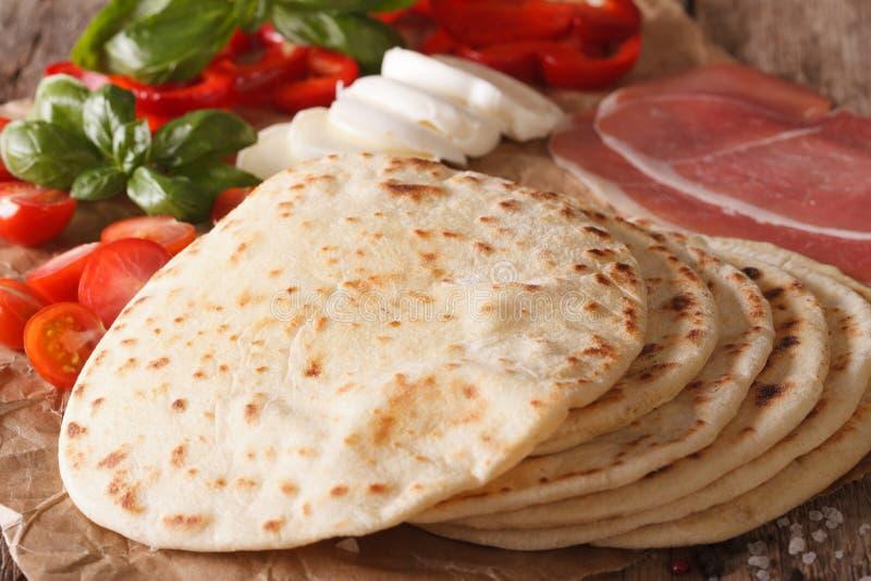 Pane piano, prosciutto, formaggio e verdure di piadina italiano macro Uff fotografia stock