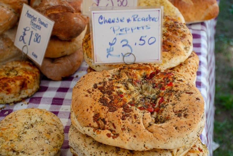 Pane riscaldato sul posto dell'artigiano sulla tavola con le etichette di prezzi da vendere immagine stock