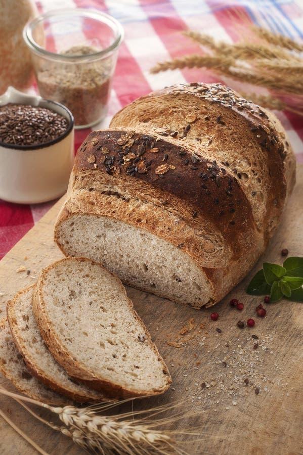 Pane rotondo dell'intero grano con i semi fotografie stock libere da diritti